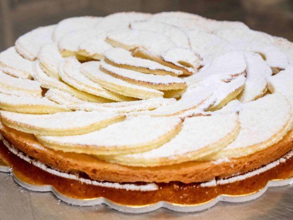 crostata di mele pronta con zucchero a velo